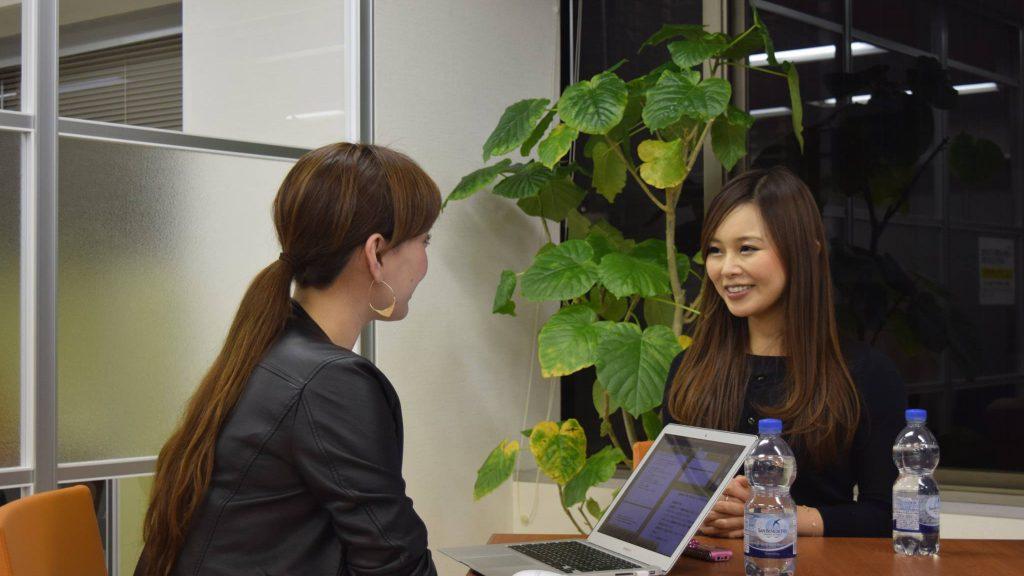外資系コンサルティングファームに勤務されている宇野成美さんのインタビュー中の様子