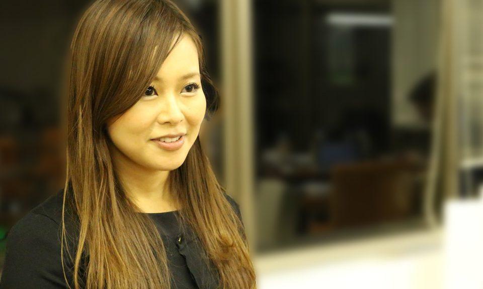 宇野成美さん(インタビュー中)